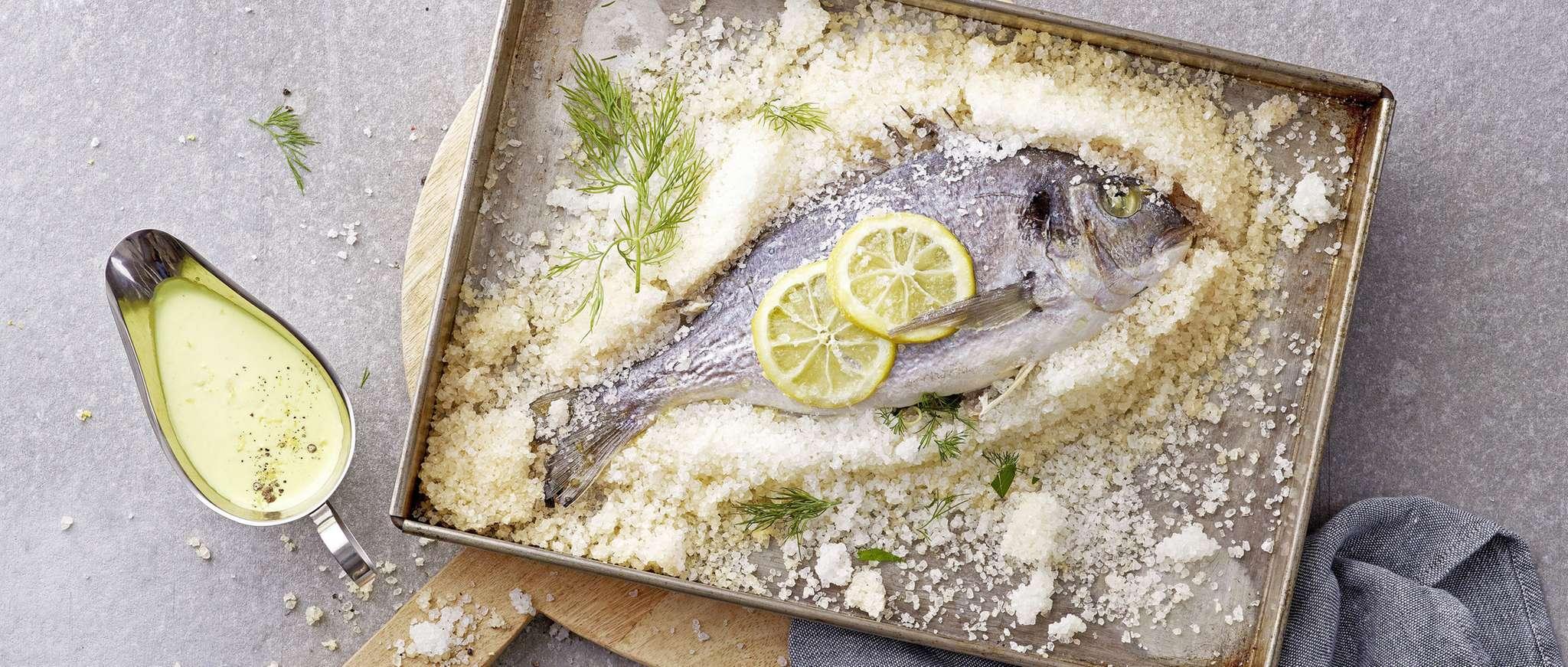 Pesce cotto in crosta di sale