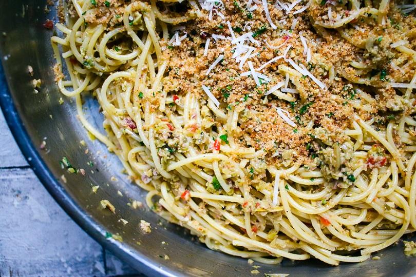 Spaghetti acciughe e pan grattato