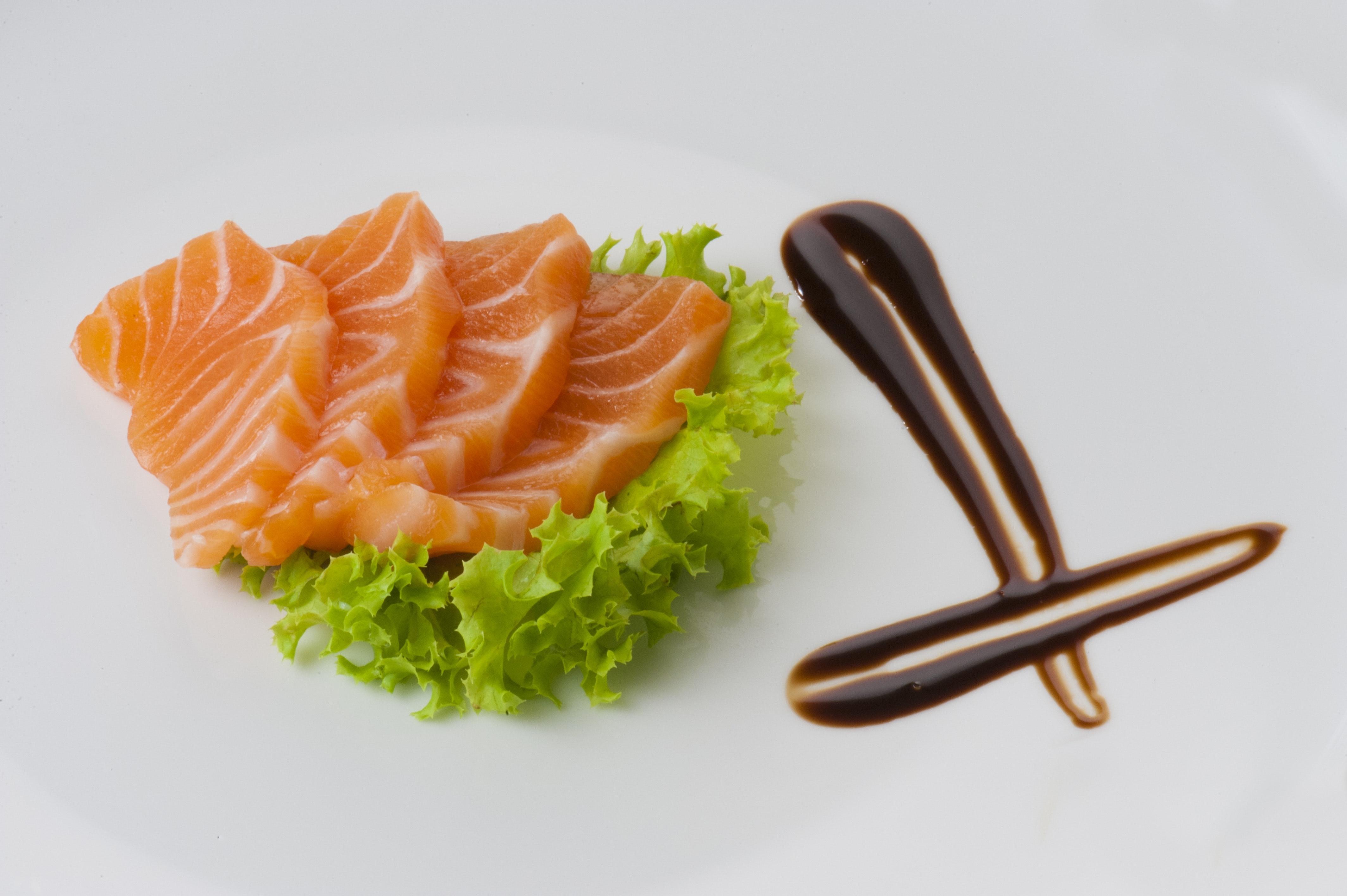 Pesce crudo: come consumarlo senza correre rischi