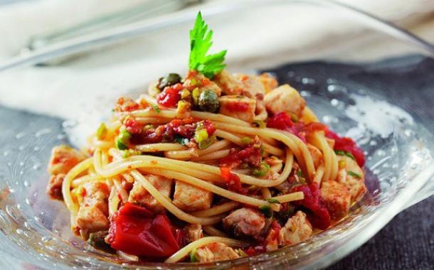 Spaghetti al pesce spada con sugo rosso e melanzane