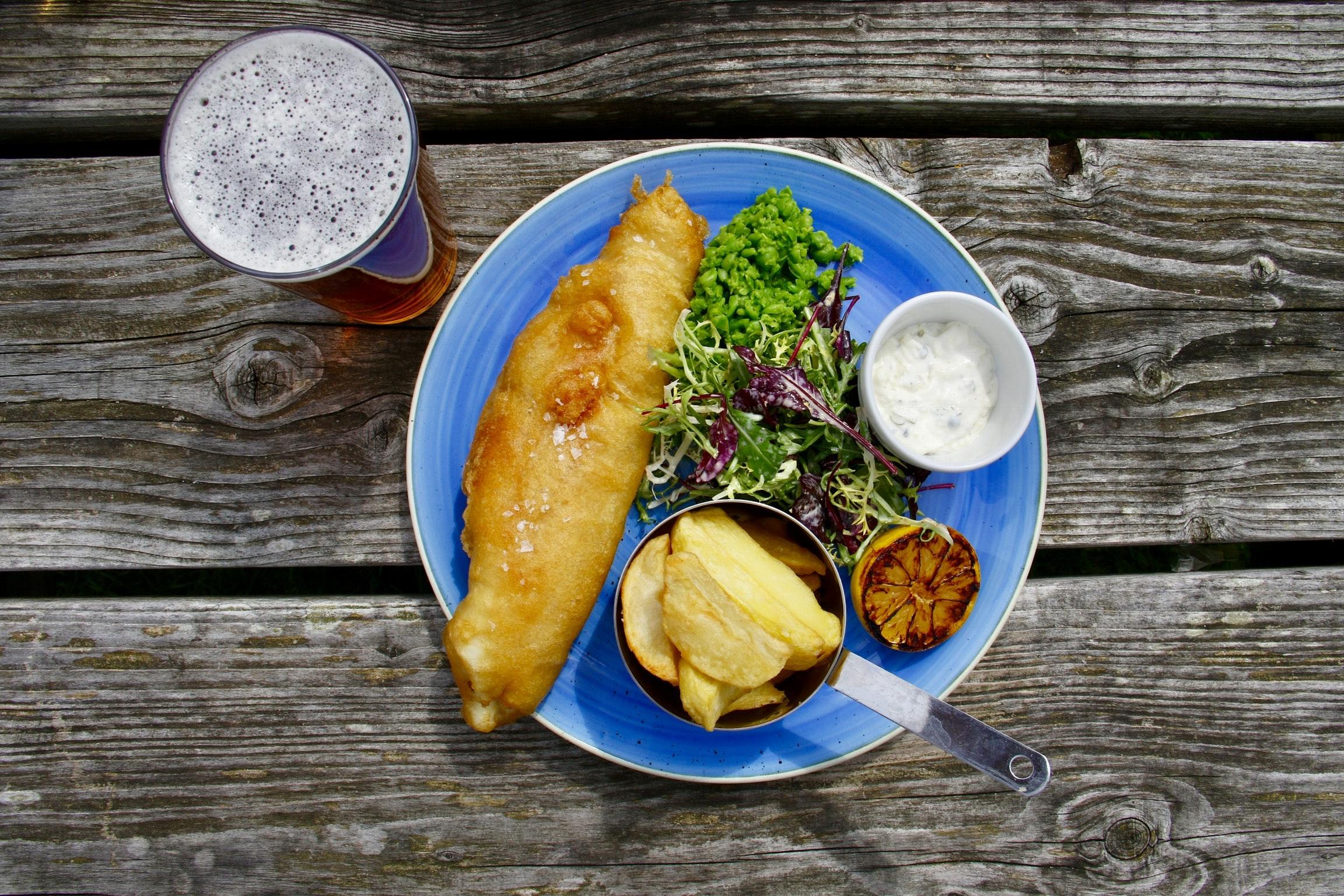 Fish and chips con purea di piselli